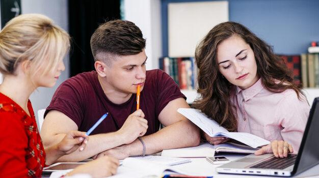 jovens-estudar-usando-laptop_23-2147844843